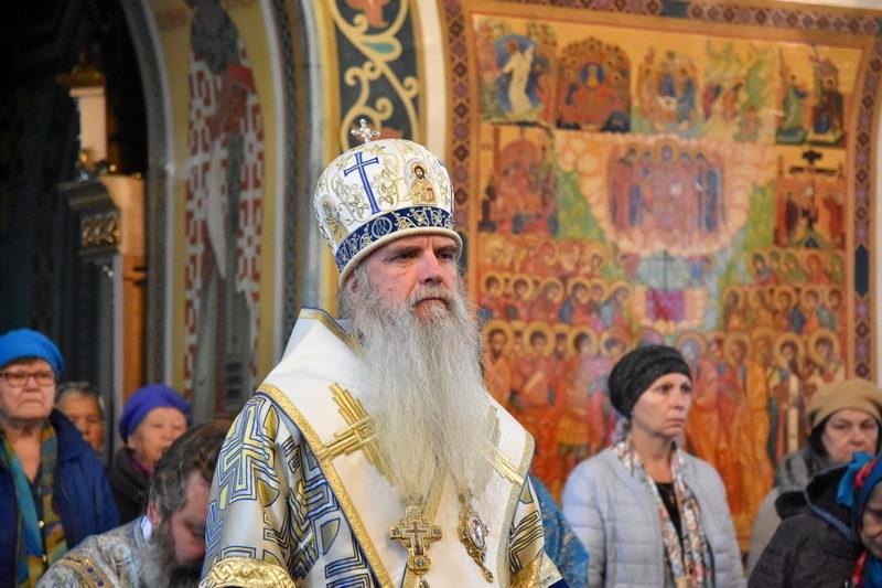 Преосвященный Мефодий во время Божественной литургии.