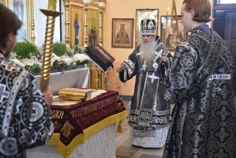 Владыка Мефодий возглавит Великую вечерню с чином выноса Плащаницы