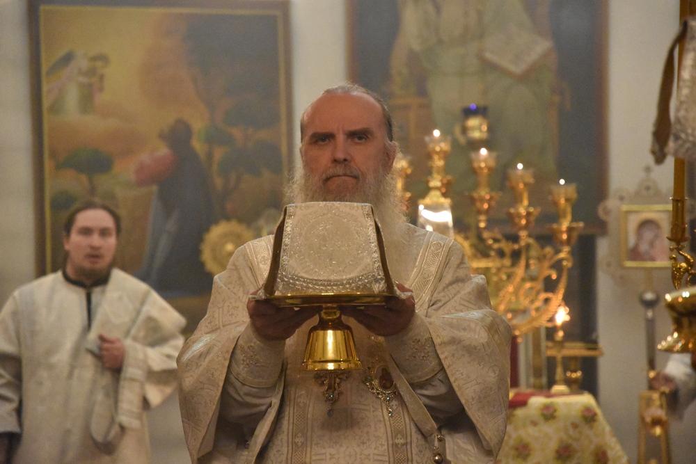 Преосвященнейший Мефодий совершит ночное богослужение в Страстную Субботу