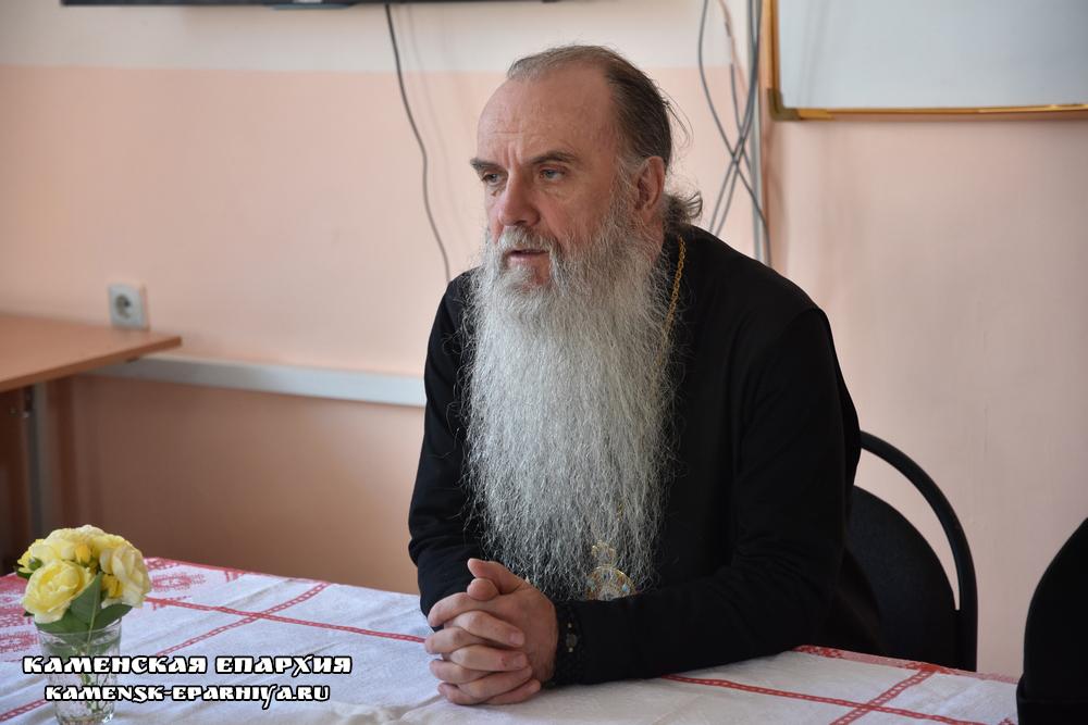 Владыка Мефодий посетил центр помощи семье «Ковчег»