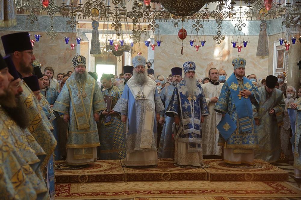 Сонм архипастырей совершил Божественную литургию в праздник Тихвинской иконы Божией Матери