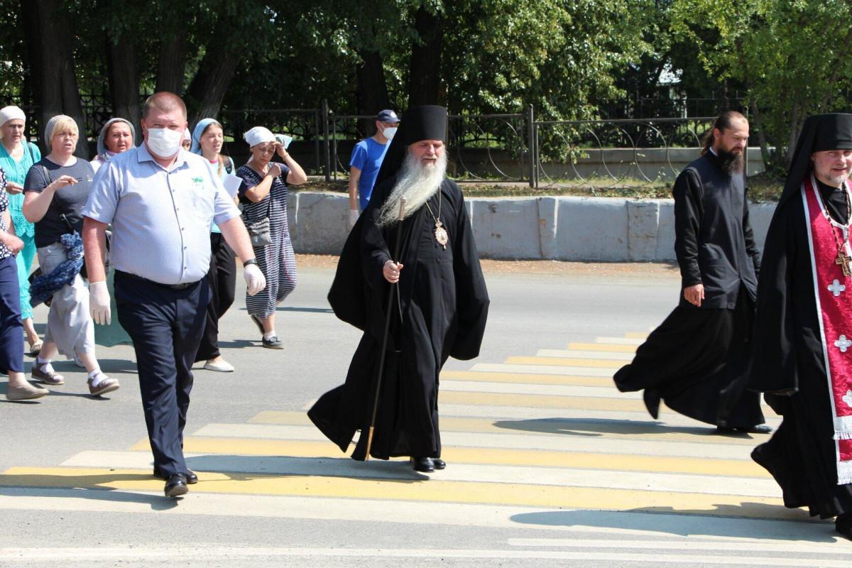 Преосвященнейший владыка возглавил торжественное шествие от Свято-Елисаветинского женского монастыря г. Алапаевск до Соборной площади