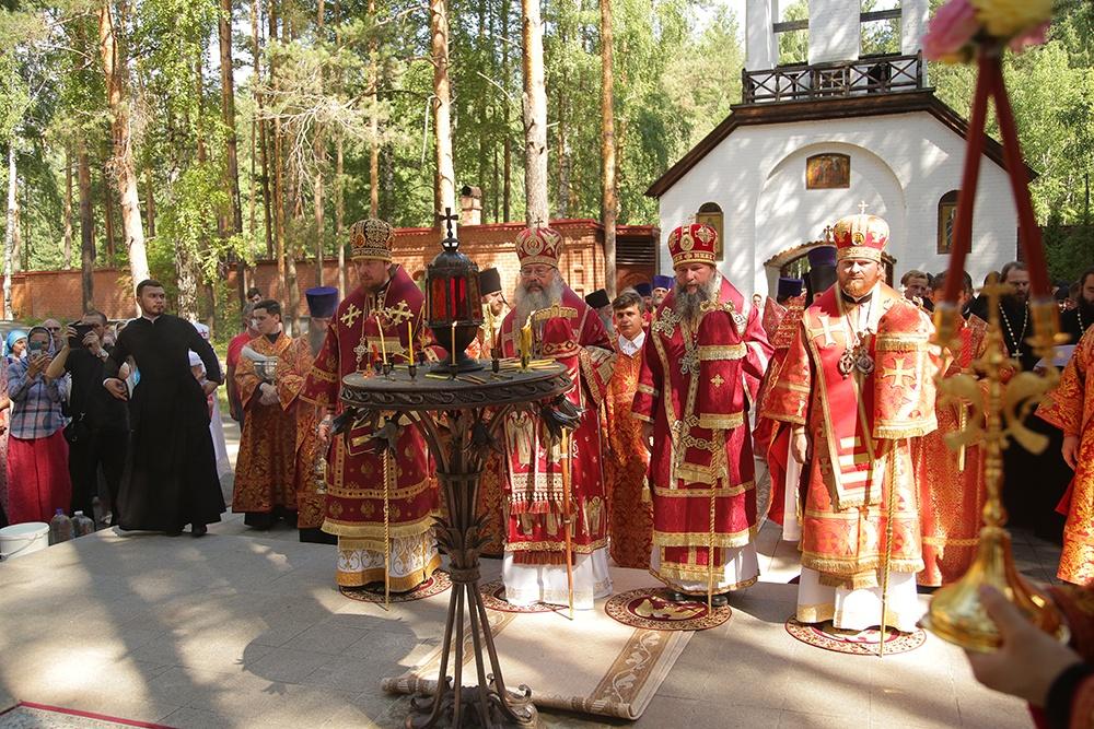 Царские дни продолжились Божественной литургией в Алапаевске