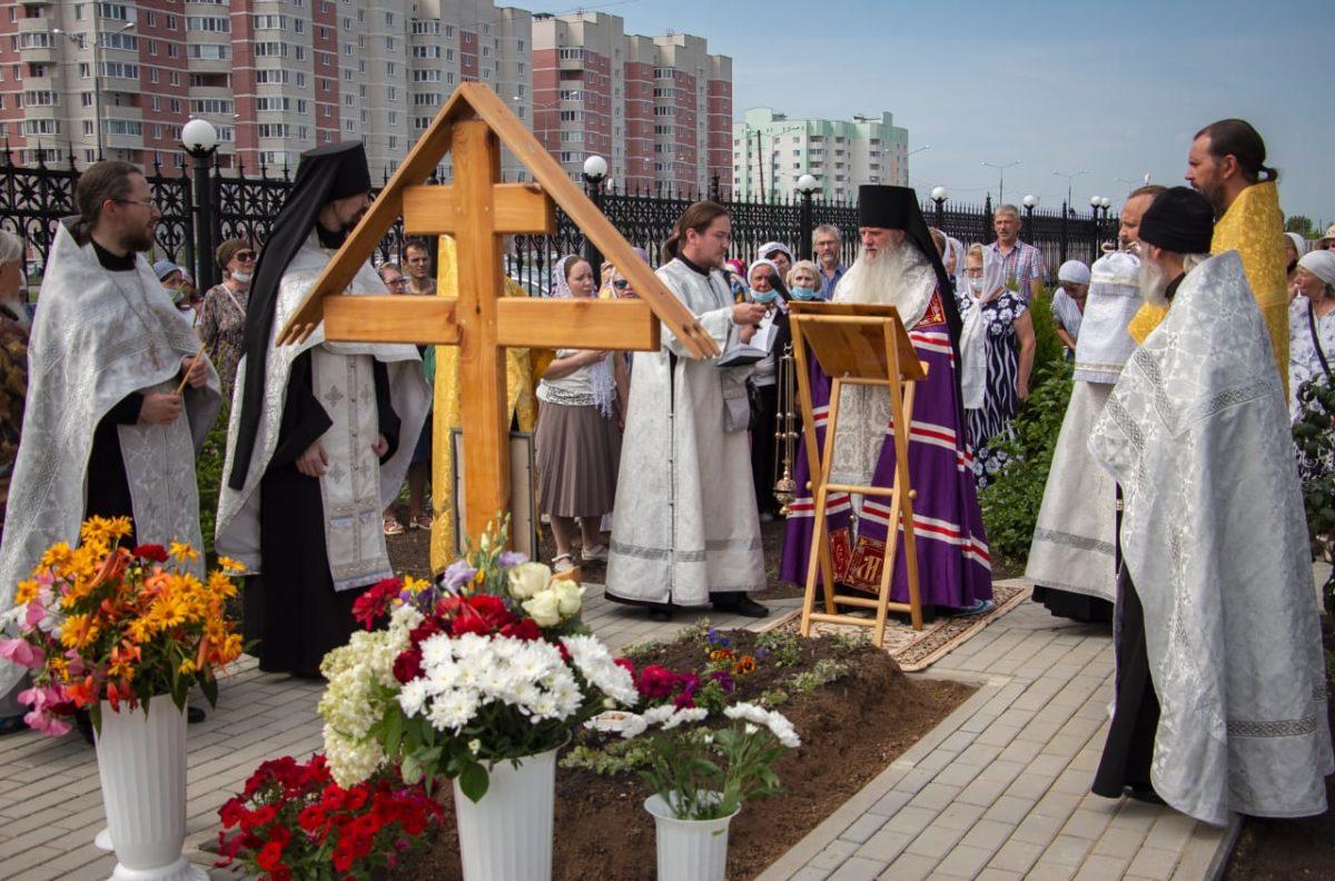 Правящий архиерей Каменской епархии совершил панихиду на месте погребения протоиерея Вячеслава Тройнина
