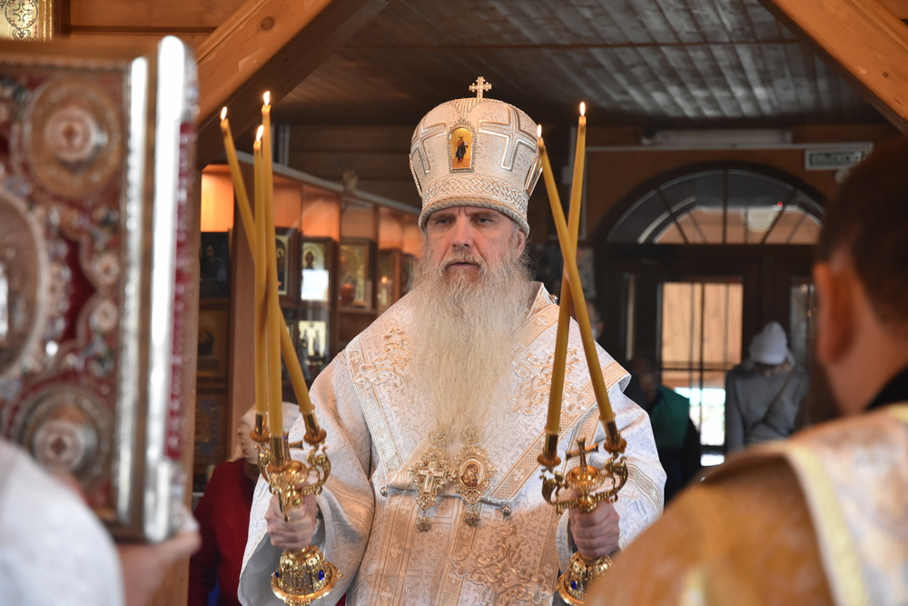 Владыка Мефодий возглавил Литургию в храме Архистратига Михаила