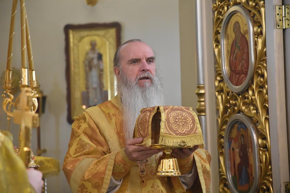 В праздник отдания Креста Господня владыка Мефодий совершил Литургию