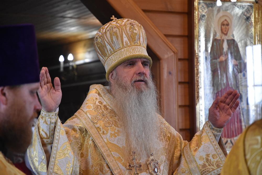 В день преставления апостола Иоанна Богослова епископ Мефодий совершил Литургию