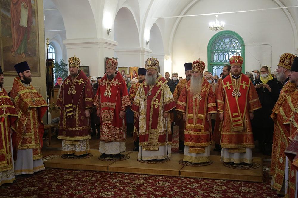 В празднование обретения мощей святой Елисаветы сонм архипастырей совершил Божественную литургию в Свято-Троицком соборе Алапаевска