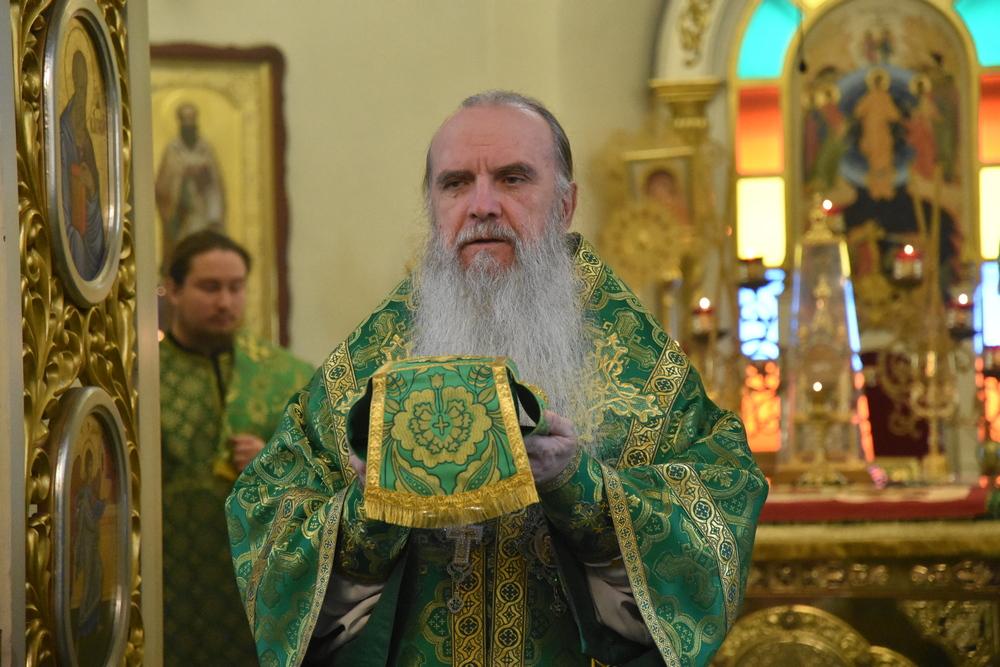 Епископ Мефодий совершил Литургию в день памяти прп. Амвросия Оптинского