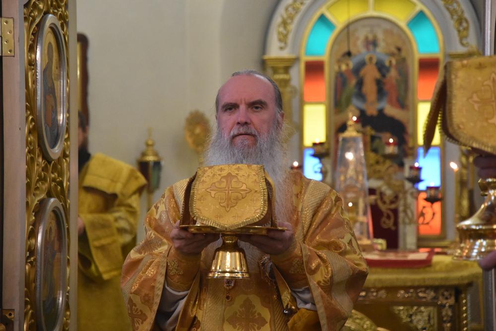 Преосвященнейший Мефодий возглавил воскресную Литургию