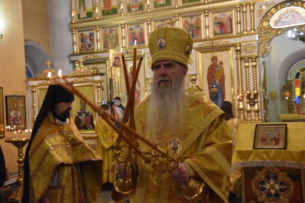 В неделю святых отец владыка Мефодий возглавил Литургию