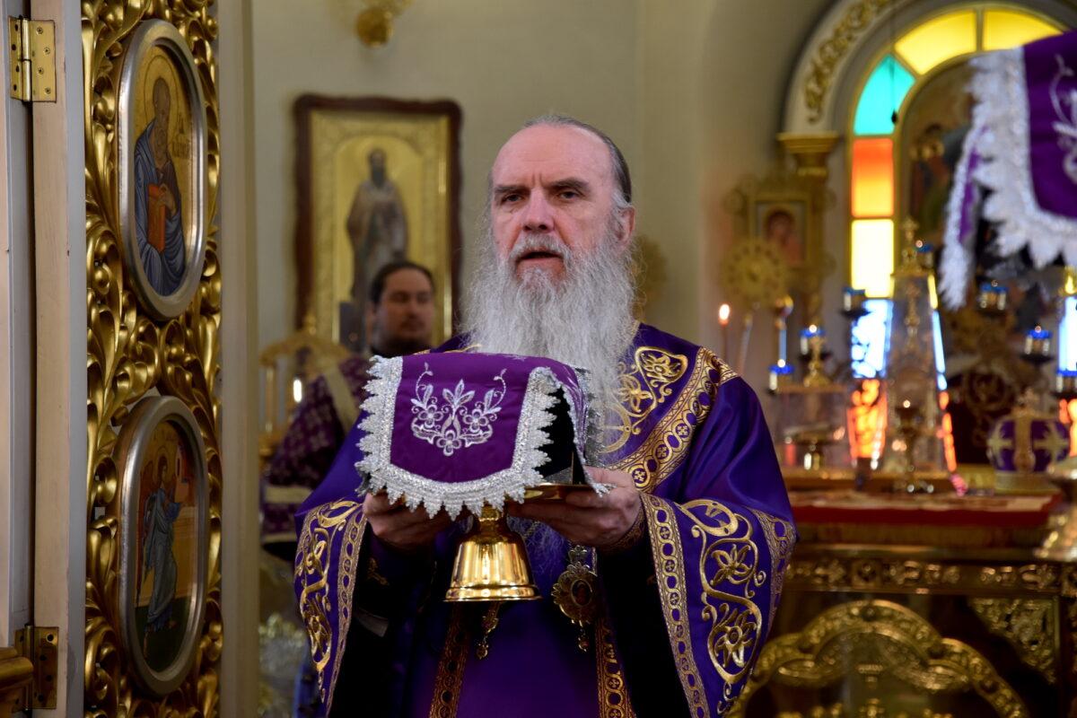 Литургию в неделю Крестопоклонную  возглавил владыка Мефодий