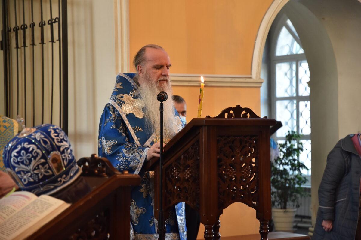 В Свято-Троицком соборе епископ Мефодий возглавил утреню с чтением акафиста Пресвятой Богородице