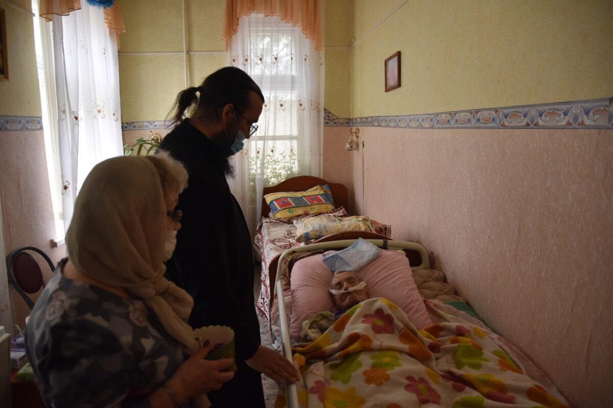 В Пасху навестили больных людей
