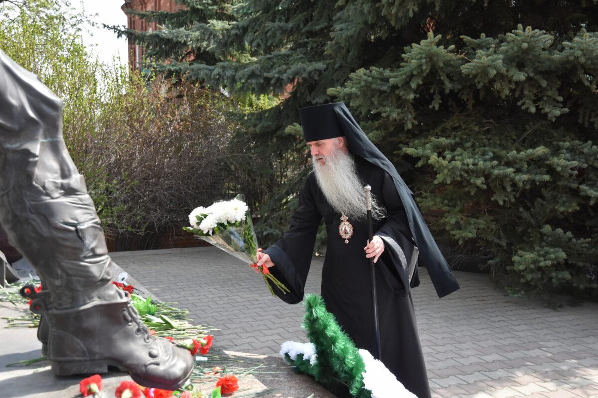 Епископ Мефодий возложил цветы к мемориалу погибшим жителям села Волково