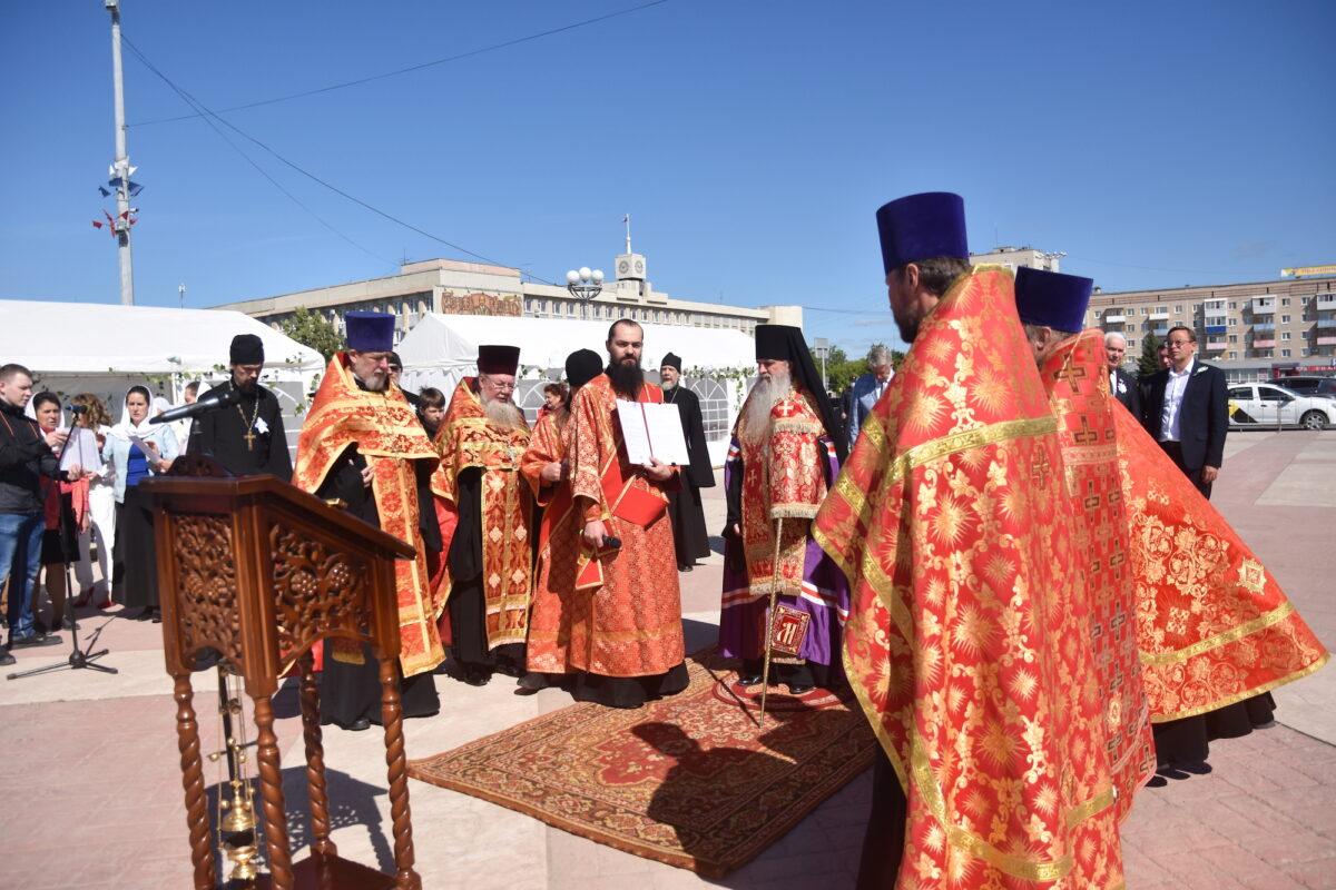 Владыка Мефодий совершил молебен на начало благого дела — благотворительной акции «Белый цветок»