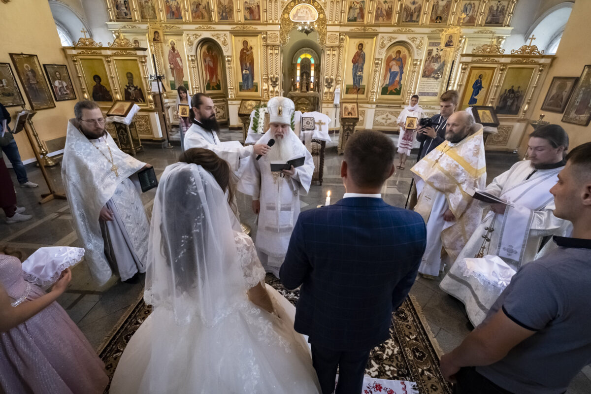 Епископ Мефодий совершил Литургию и таинство венчания