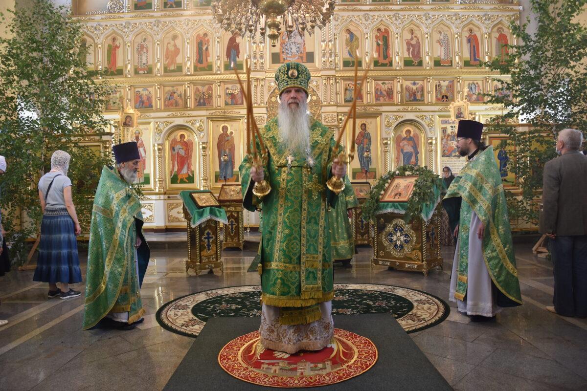 В день Святой Троицы епископ Мефодий совершил Литургию