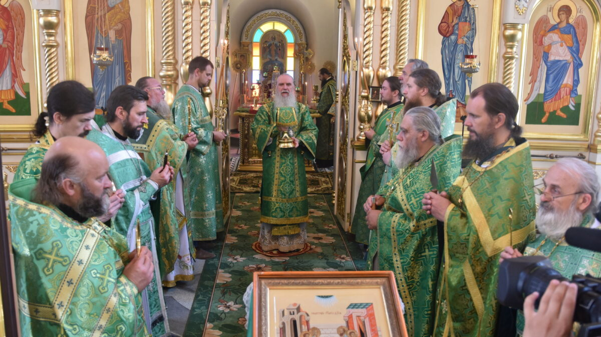 Архиерейская литургия состоялась в день отдания праздника Пятидесятницы