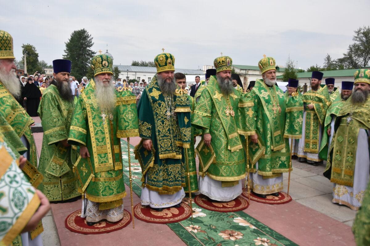 Сонм архипастырей возглавил Божественную литургию в день Каменской епархии