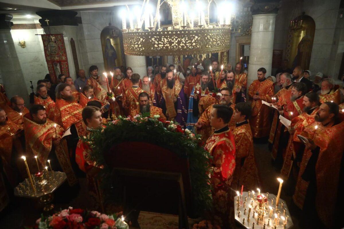 Архипастыри совершили малую вечерню с акафистом Царственным страстотерпцам в Храме на Крови