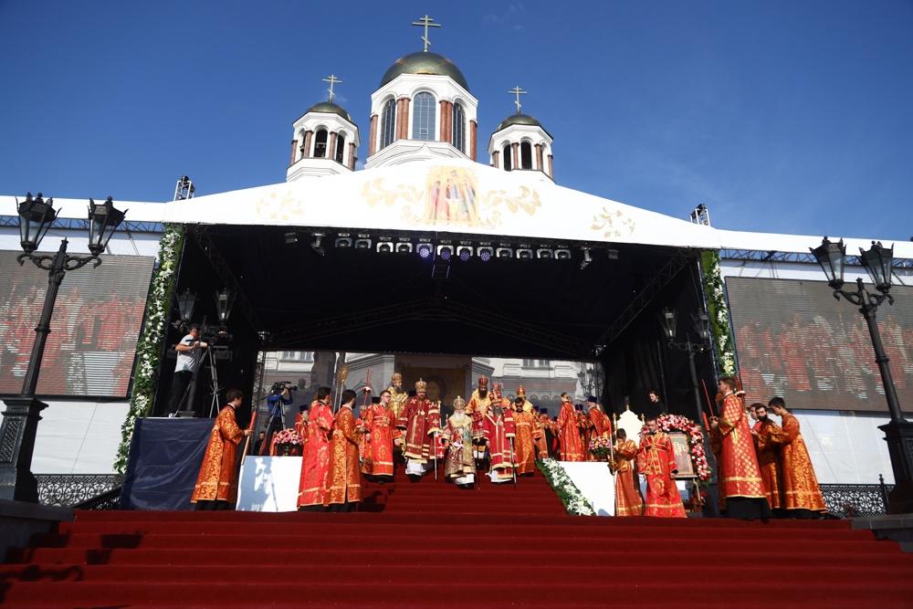 Архиерейское всенощное бдение совершено у Храма на Крови в канун дня памяти Царственных страстотерпцев