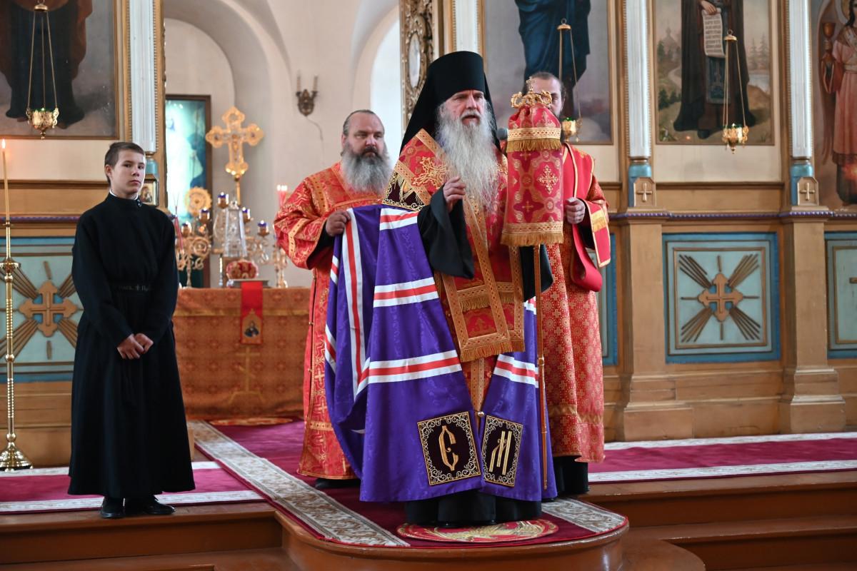 В Свято-Троицком кафедральном соборе г. Алапаевска, накануне дня памяти прмц. Елисаветы Феодоровны, состоялось торжественное всенощное бдение Архиерейским чином