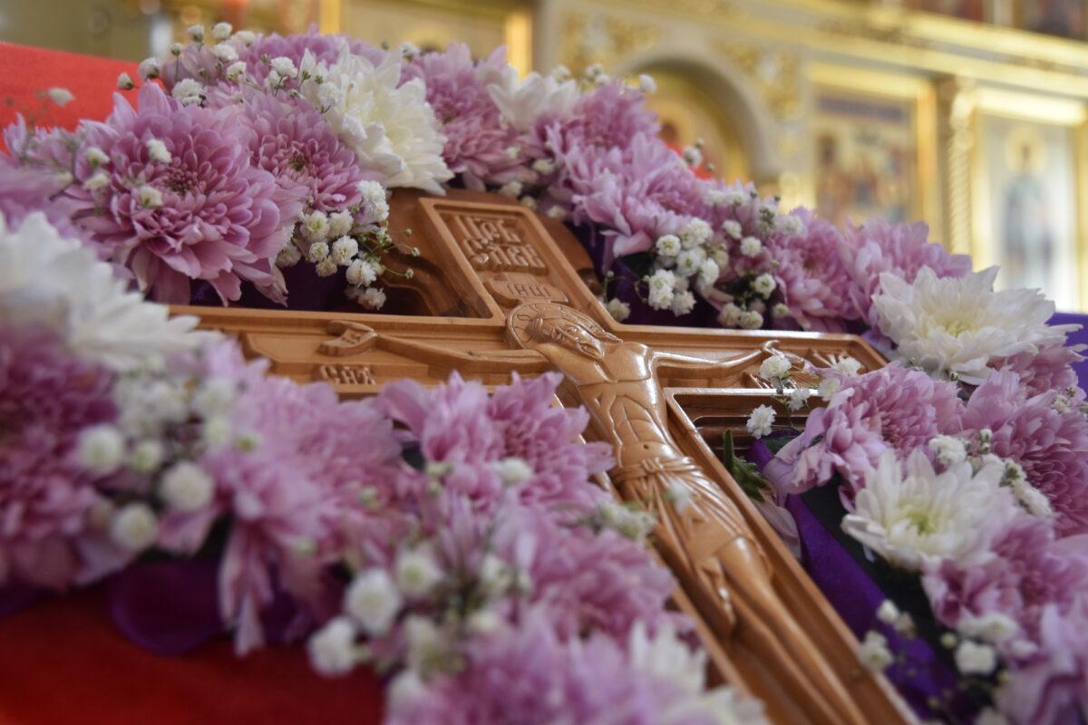 Преосвященнейший Мефодий совершил Литургию в день Воздвижения Креста Господня