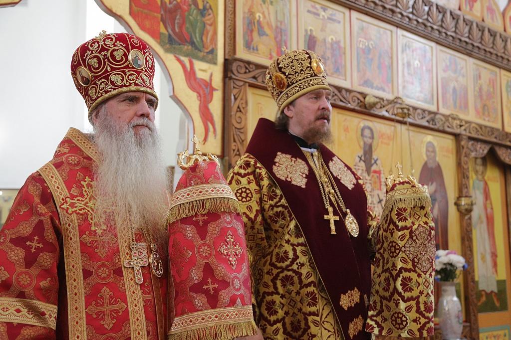 Митрополит Алексий и епископ Мефодий совершили литургию в Свято-Васильевском храме