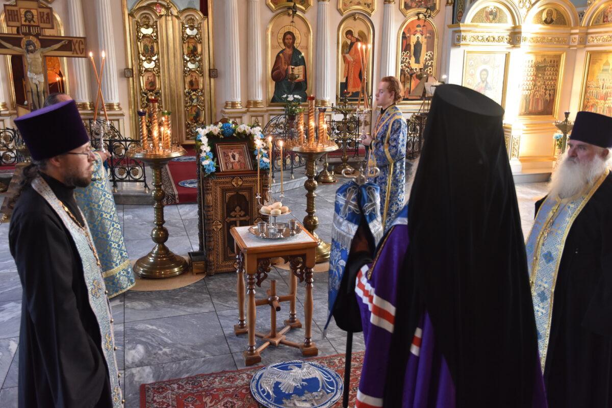 В канун празднования Покрова Пресвятой Богородицы епископ Мефодий совершил Всенощное бдение в Покровском храме г. Каменска-Уральского